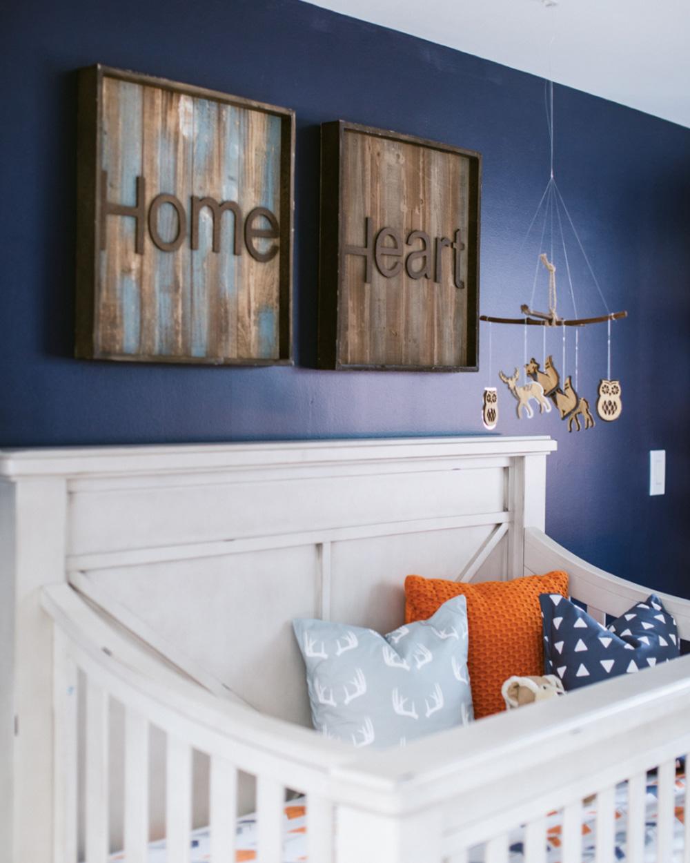 Une chambre de bébé orange et bleue | Shake My Blog