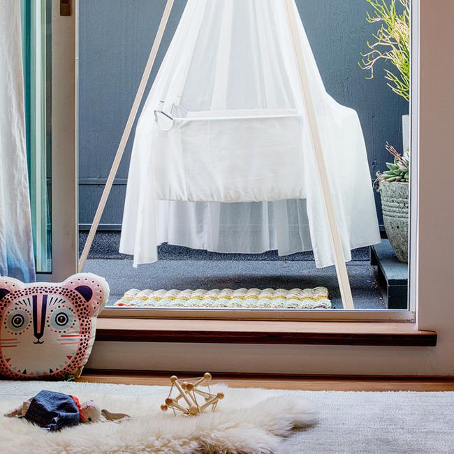 deco chambre bébé rose plage berceau voile