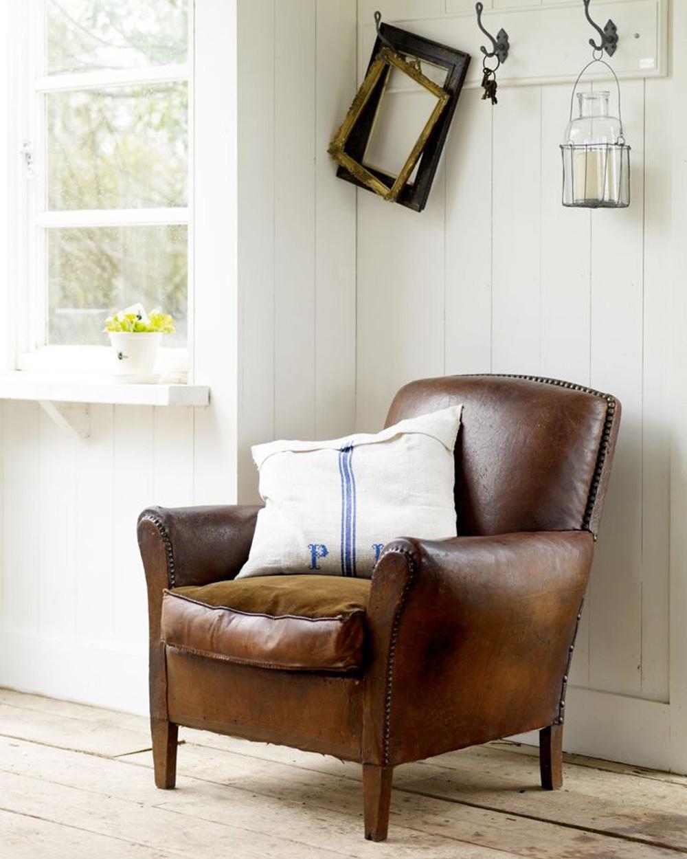 fauteuil en cuir dans maison de campagne