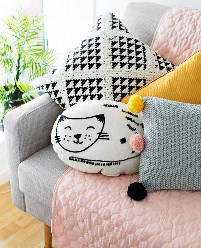 deco chambre bébé rose moderne canapé coussin chat