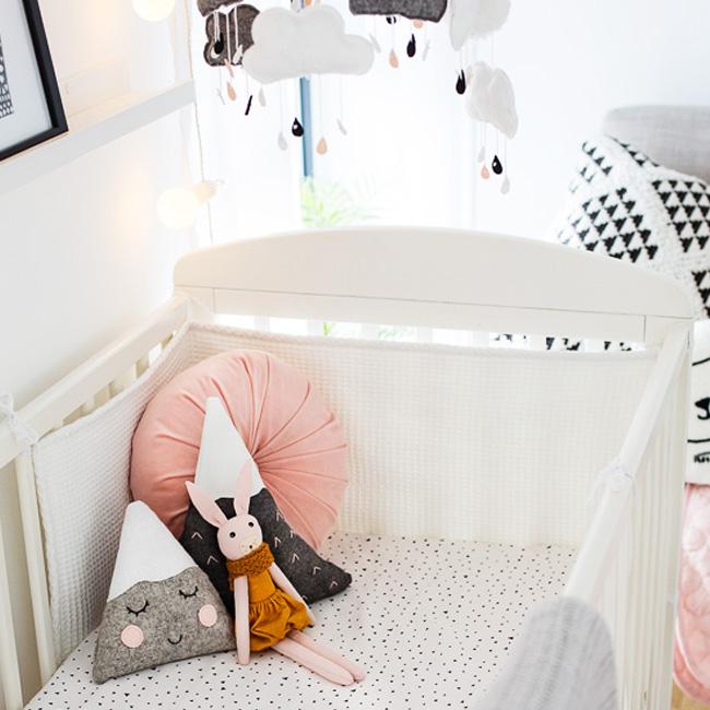 deco chambre bébé rose moderne lit coussin montagne