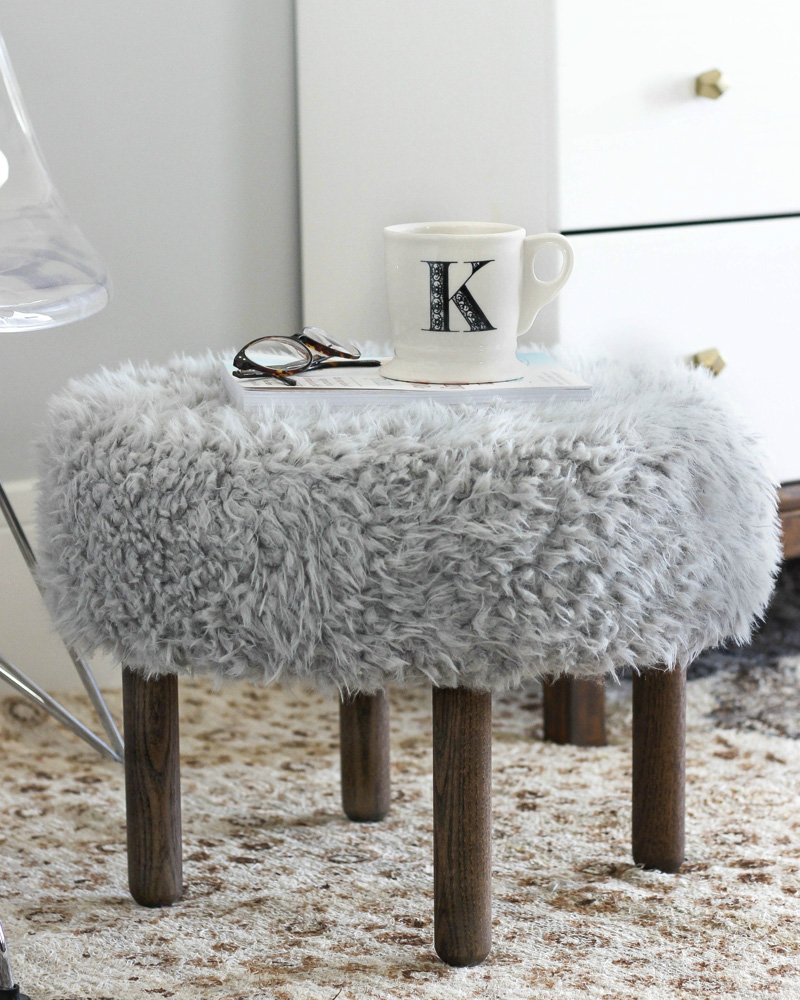 pouf fausse fourrure eryka pouf fourrure blanc with pouf fausse fourrure good zons pouf fausse. Black Bedroom Furniture Sets. Home Design Ideas