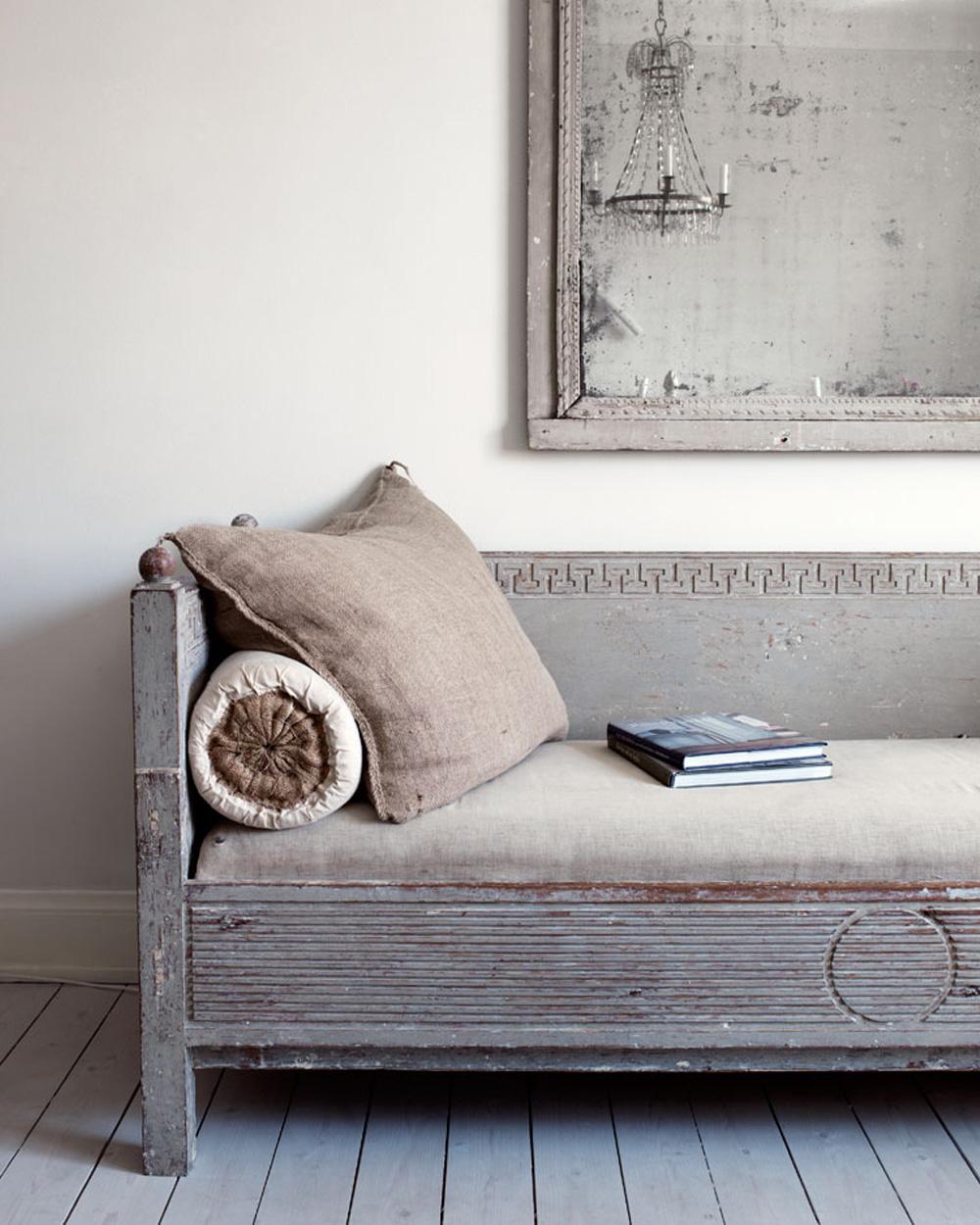 canapé vintage en bois dans maison campagne