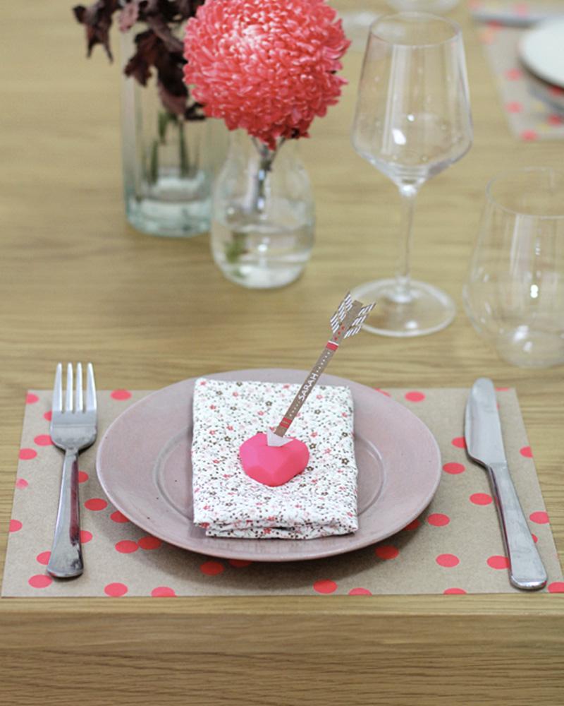 un marque place diy avec une fl che pour votre mariage shake my blog. Black Bedroom Furniture Sets. Home Design Ideas