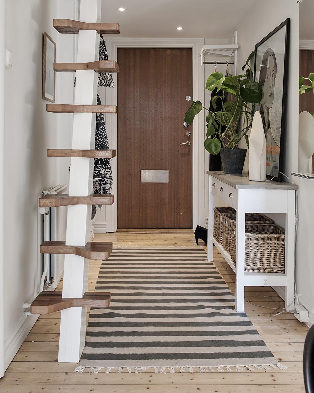 petit escalier blanc et bois