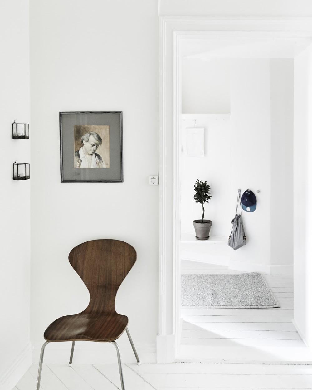 chaise scandinave dans un couloir