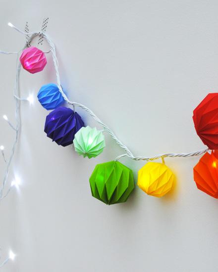 shake my blog une guirlande de boules color es diy. Black Bedroom Furniture Sets. Home Design Ideas
