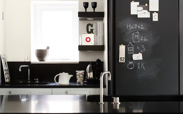 Un mur en ardoise dans la cuisine shake my blog - Mur ardoise cuisine ...