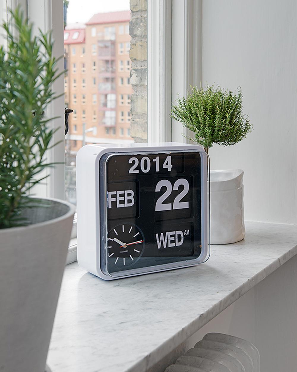horloge noire et blanche