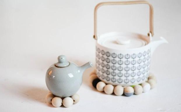 un dessous de plat en perles peintes diy shake my blog. Black Bedroom Furniture Sets. Home Design Ideas