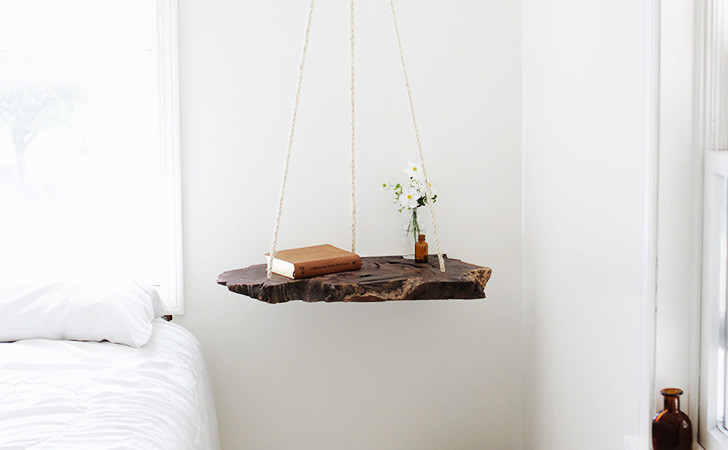 Une table de chevet suspendue diy shake my blog - Table de chevet a suspendre ...