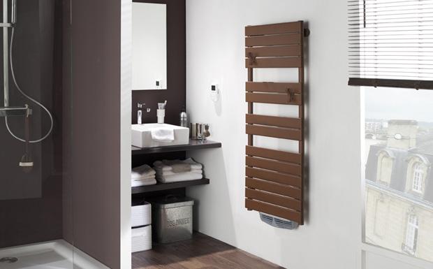 Mettez de la couleur dans votre salle de bain avec for Seche serviette soufflant design