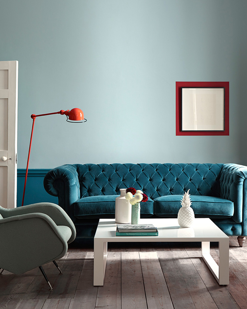 deco bleu canard salon soubassement canapé velours chesterfield