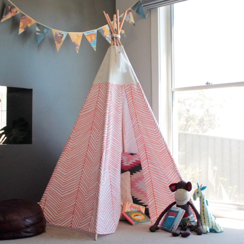 un tipi diy pour la chambre des enfants shake my blog. Black Bedroom Furniture Sets. Home Design Ideas