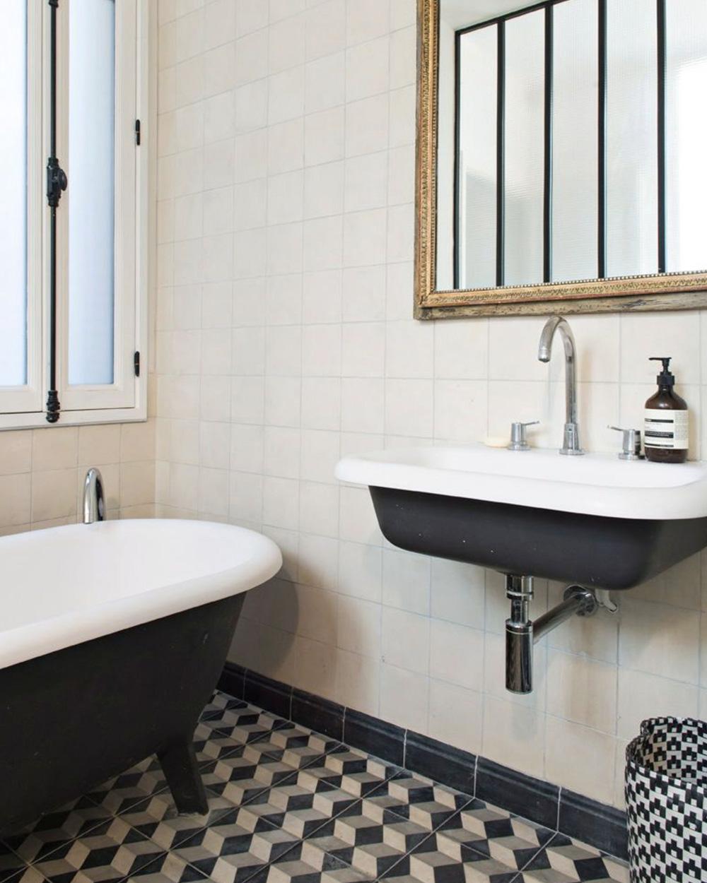 vasque noire et blanche suspendue salle de bain