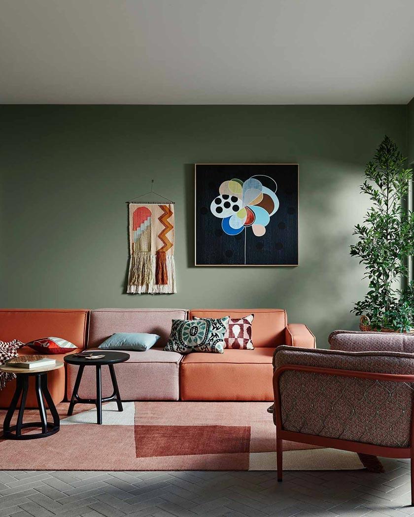 deco couleur terracotta murs verts canapé salon