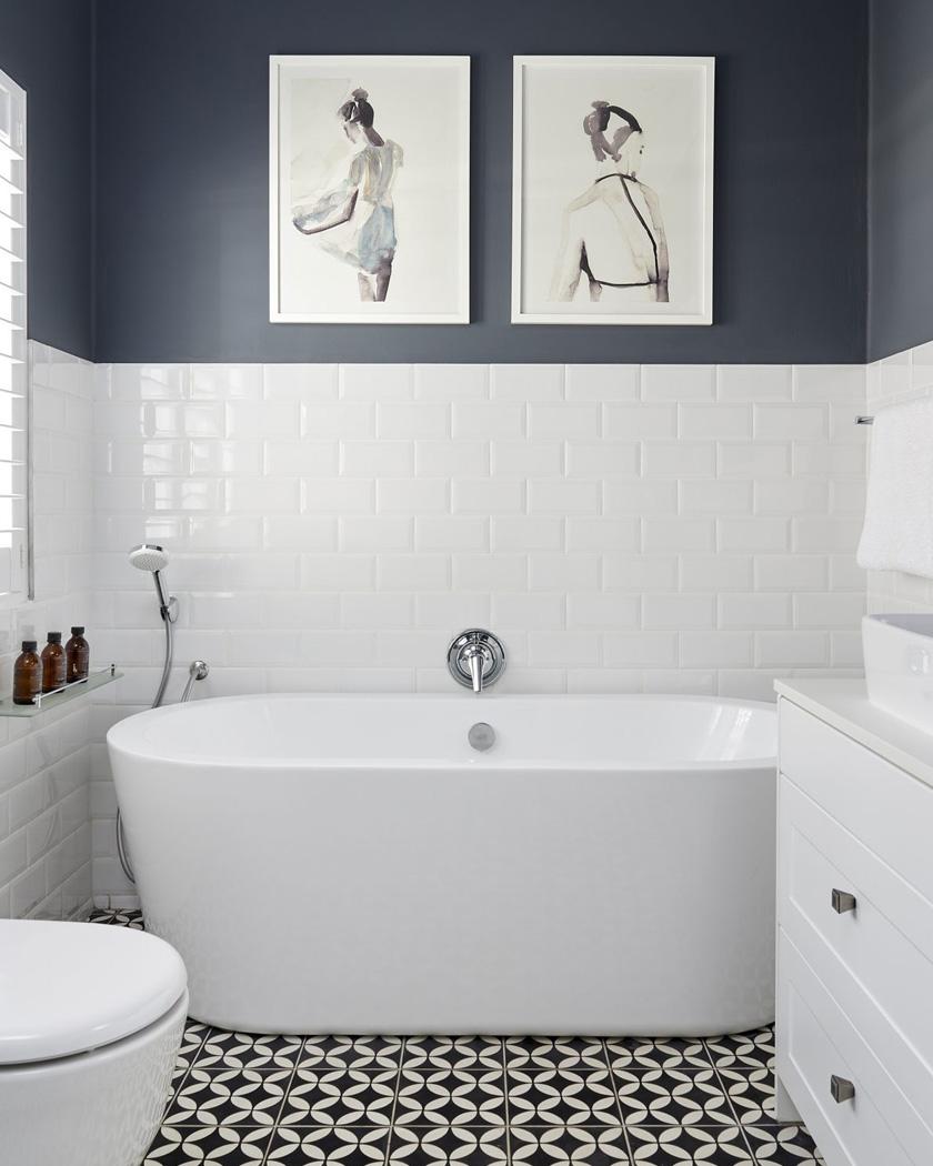 association du bleu foncé et du beige dans la salle de bain