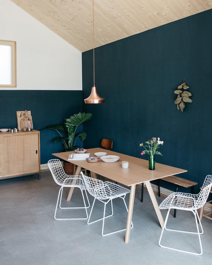 mur bleu canard meubles bois beige salle à manger