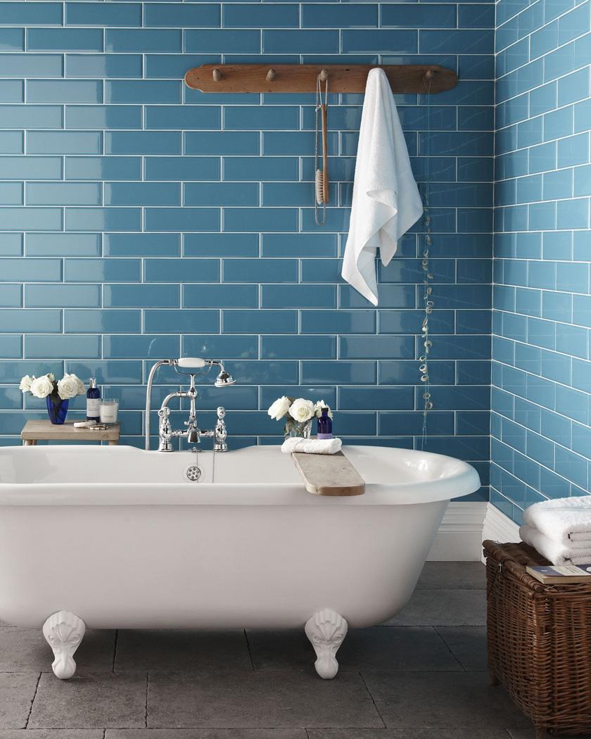 salle de bain deco carrelage métro bleu blanc bois