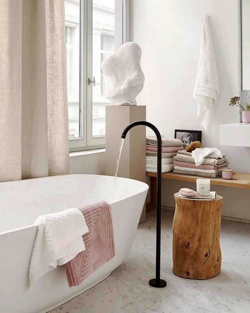 deco salle de bain moderne grande avec baignoire et bois
