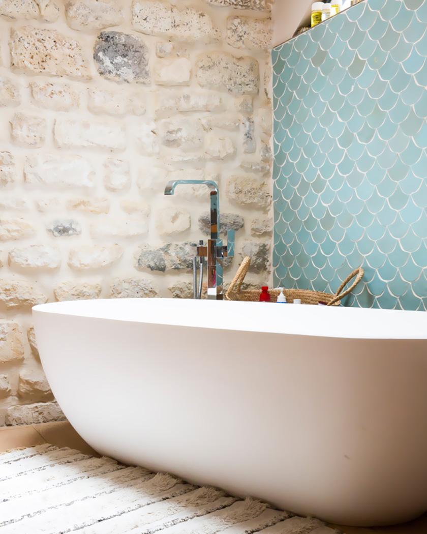 carrelage écaille bleu salle de bain mur pierre