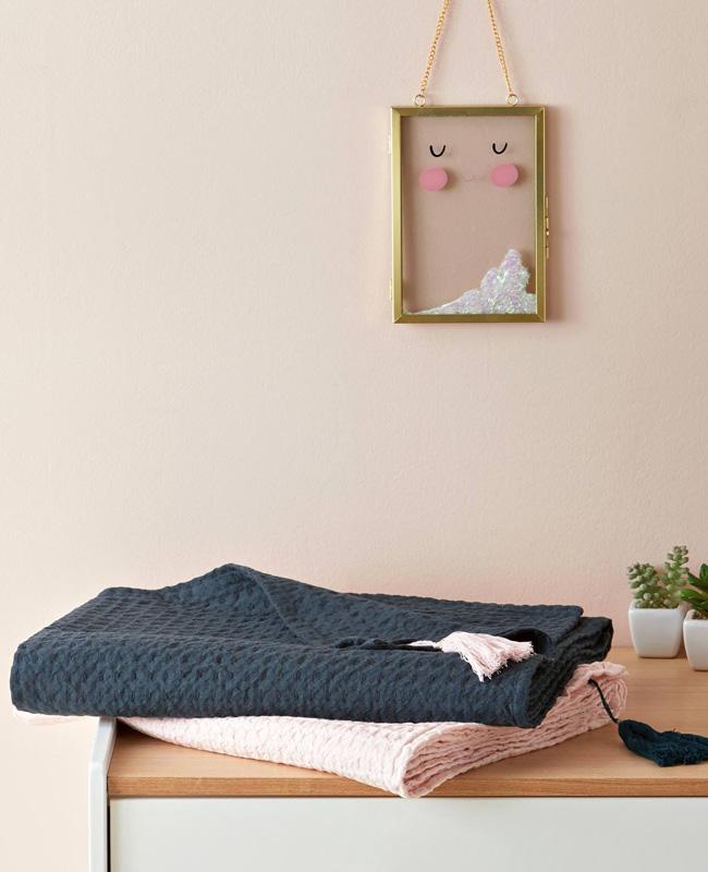 préparer chambre bébé plaid coton gaufré