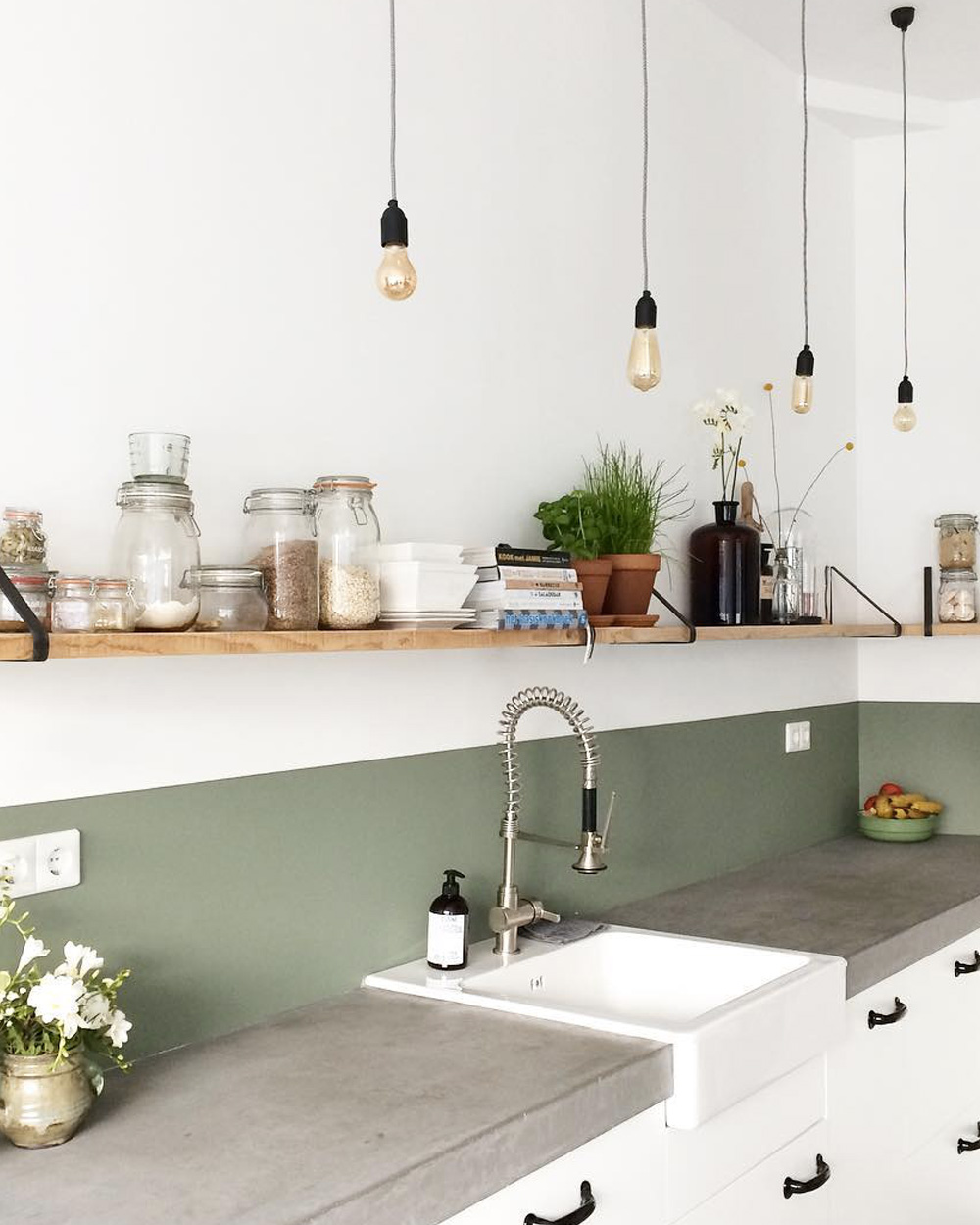 crédence cuisine vert olive mur blanc