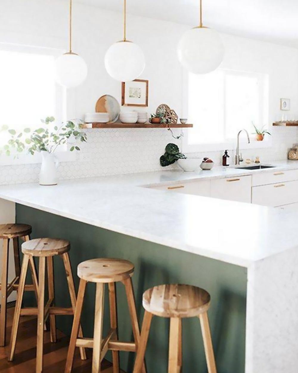 comptoir de cuisine vert et marbre blanc