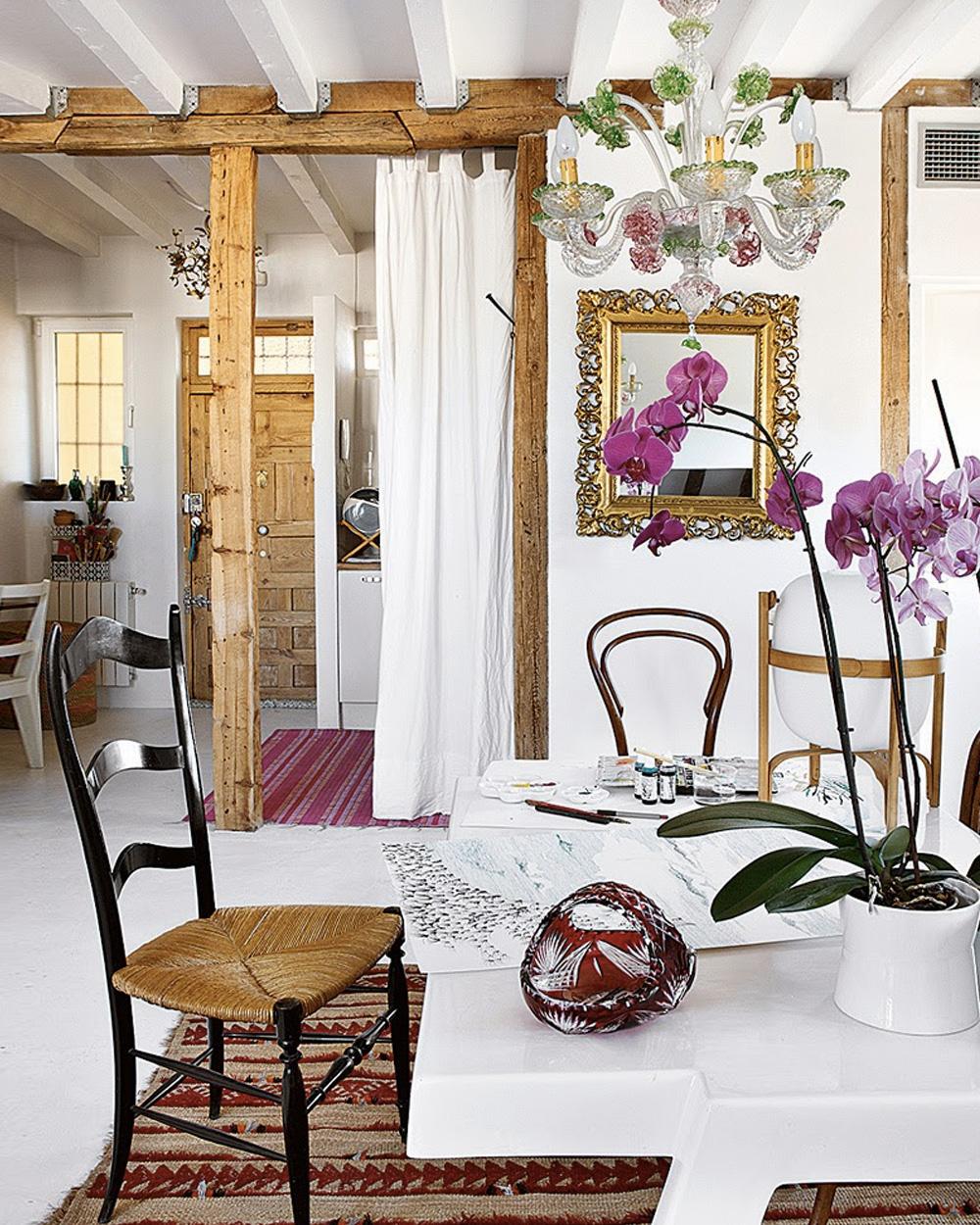 salle à manger avec tapis rouge à motifs