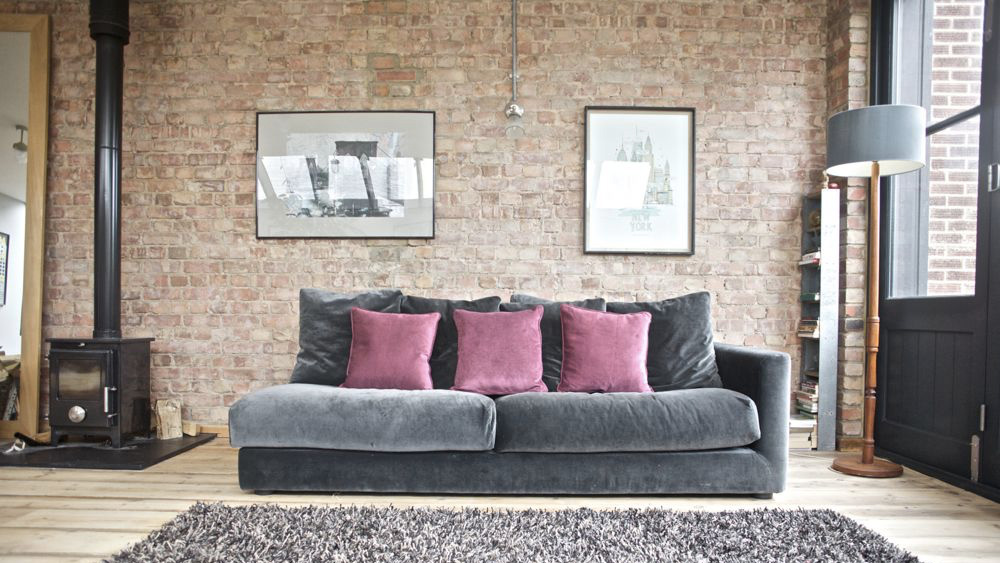 canapé déco industrielle mur en briques