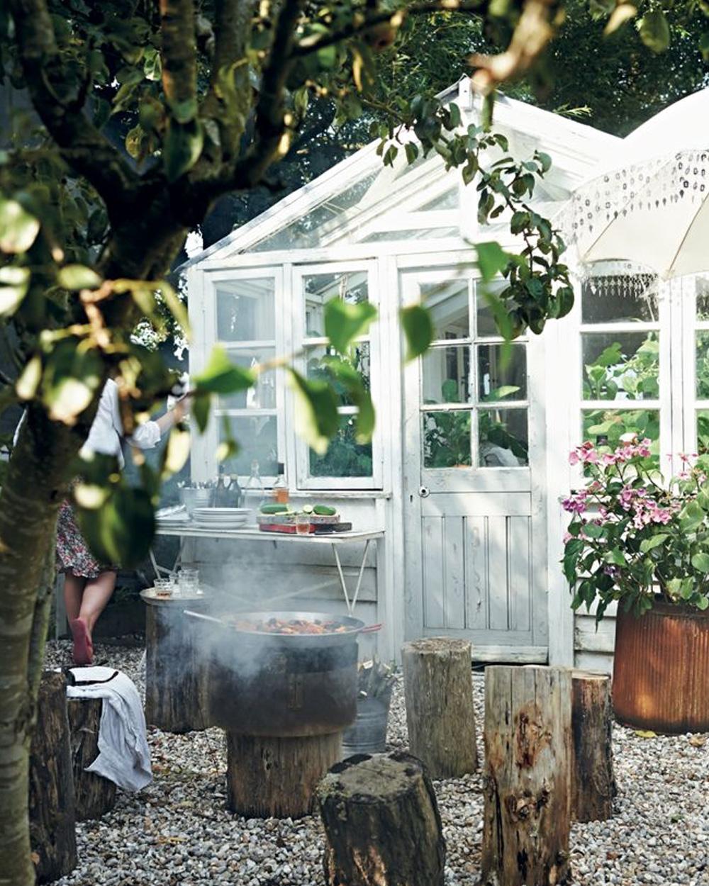 serre blanche dans jardin