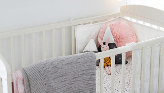 deco chambre bébé rose moderne lit
