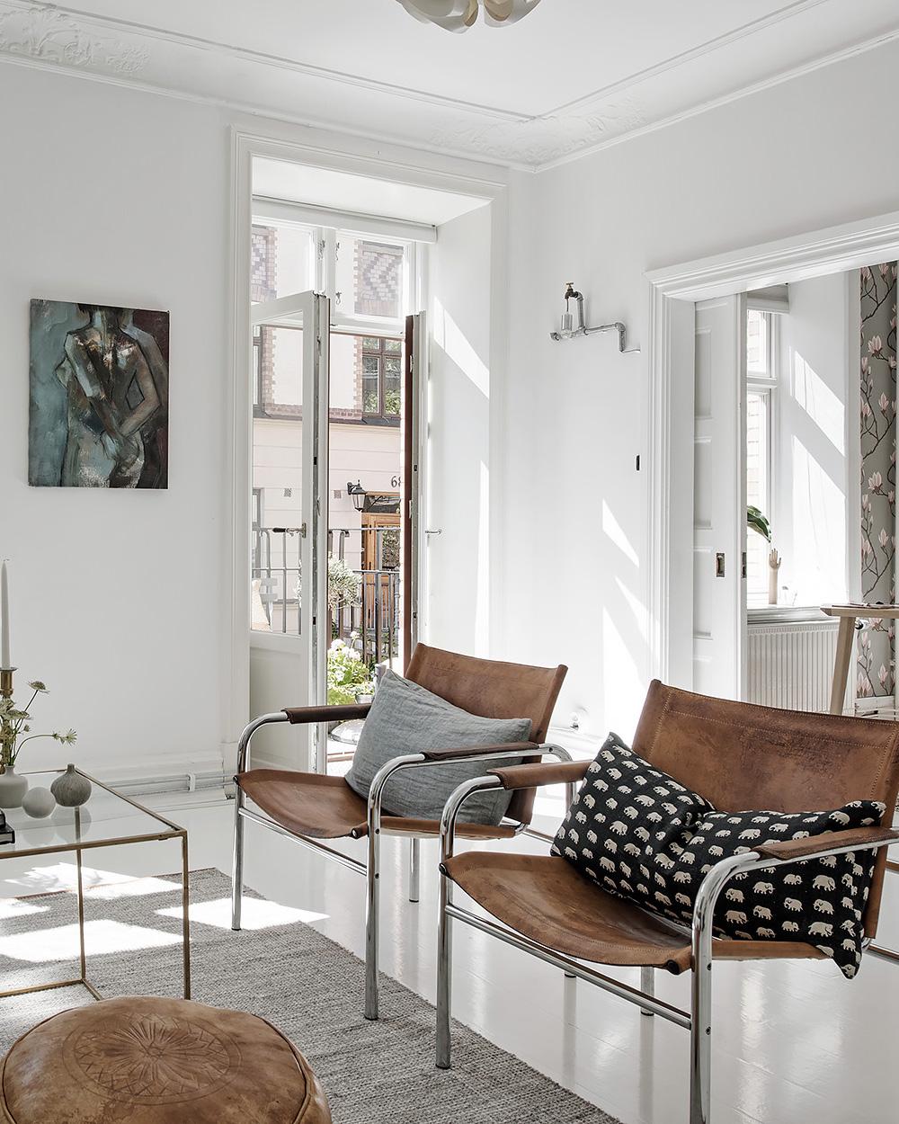 fauteuils en cuir dans salon blanc