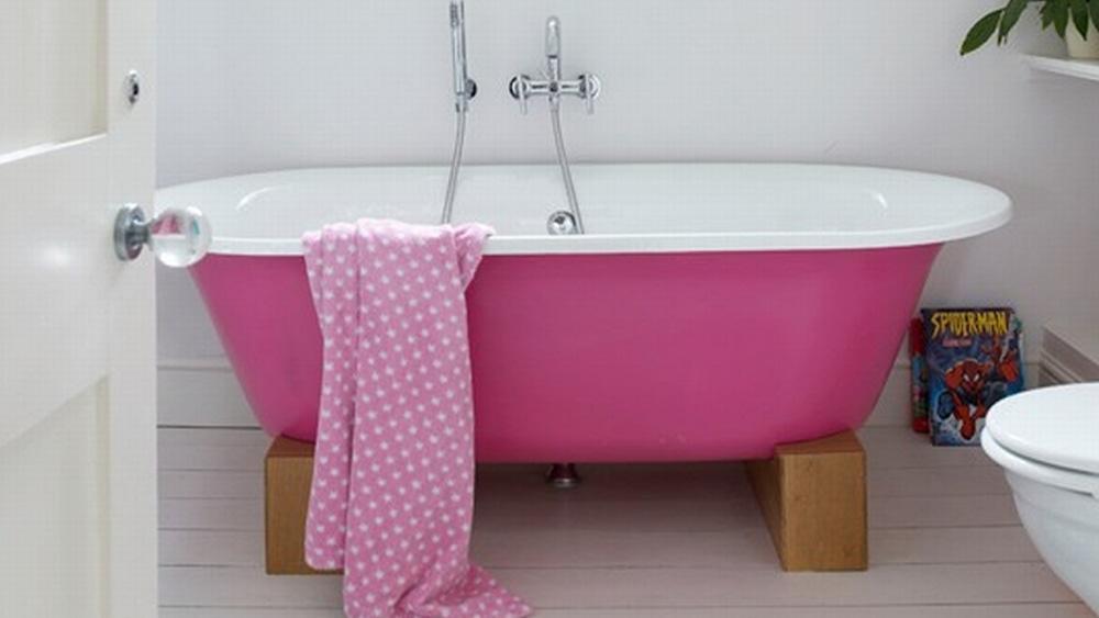 baignoire rose salle de bain