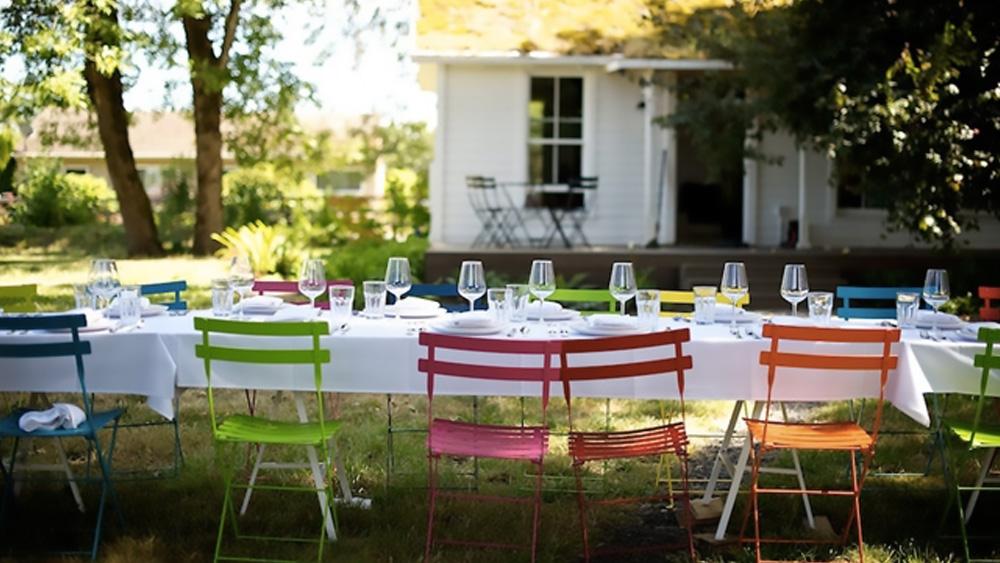 table dans le jardin à la campagne