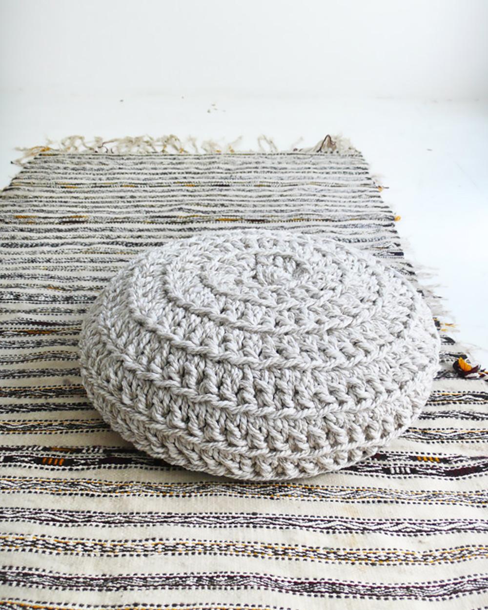 coussin sol crochet gris