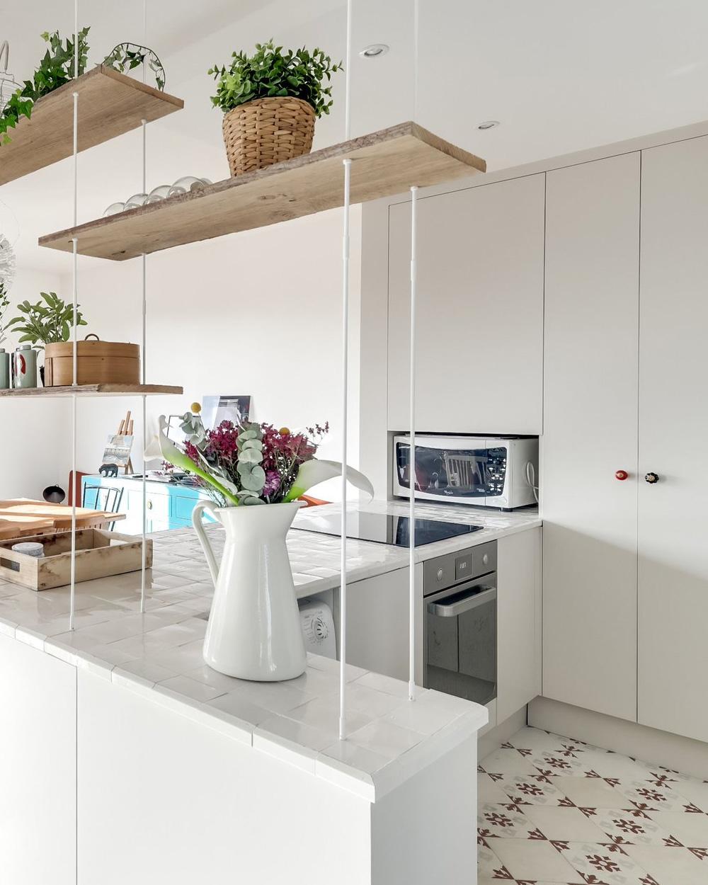 carreau de ciment dans cuisine blanche