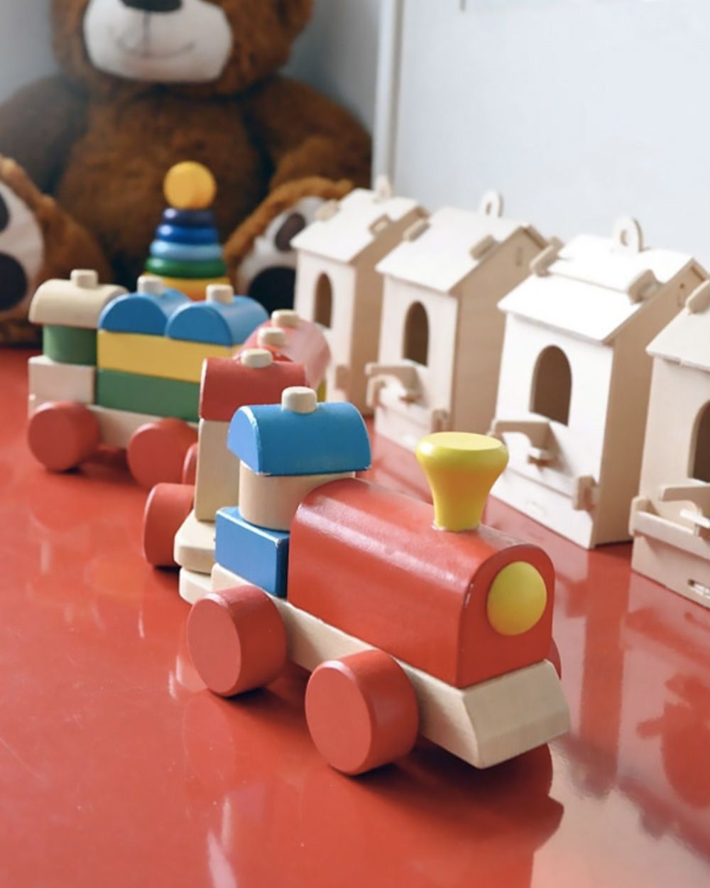 jouets en bois sur buffet rouge en métal
