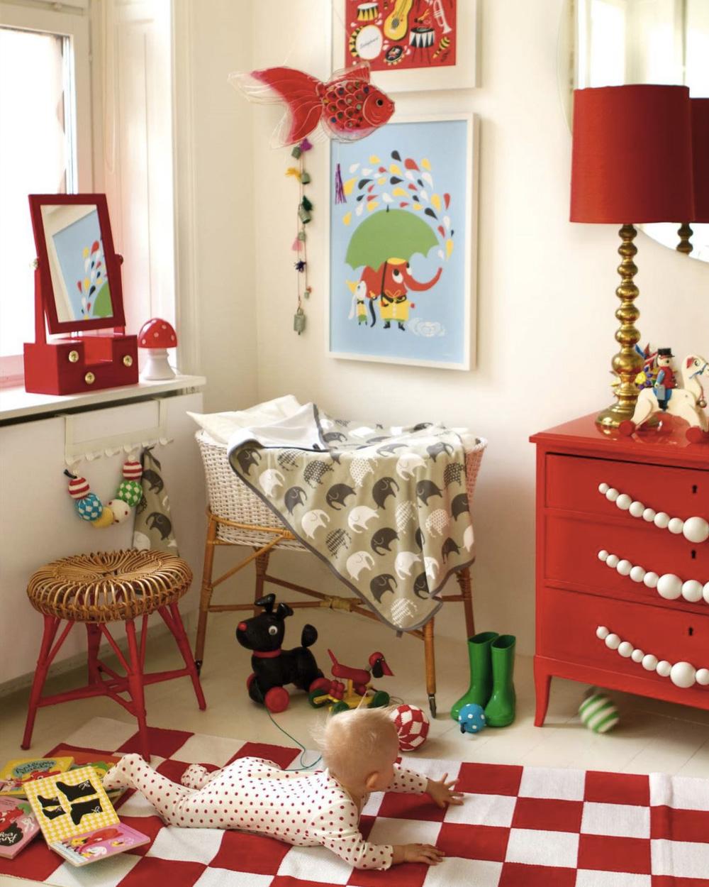 chambre de bébé avec commode rouge