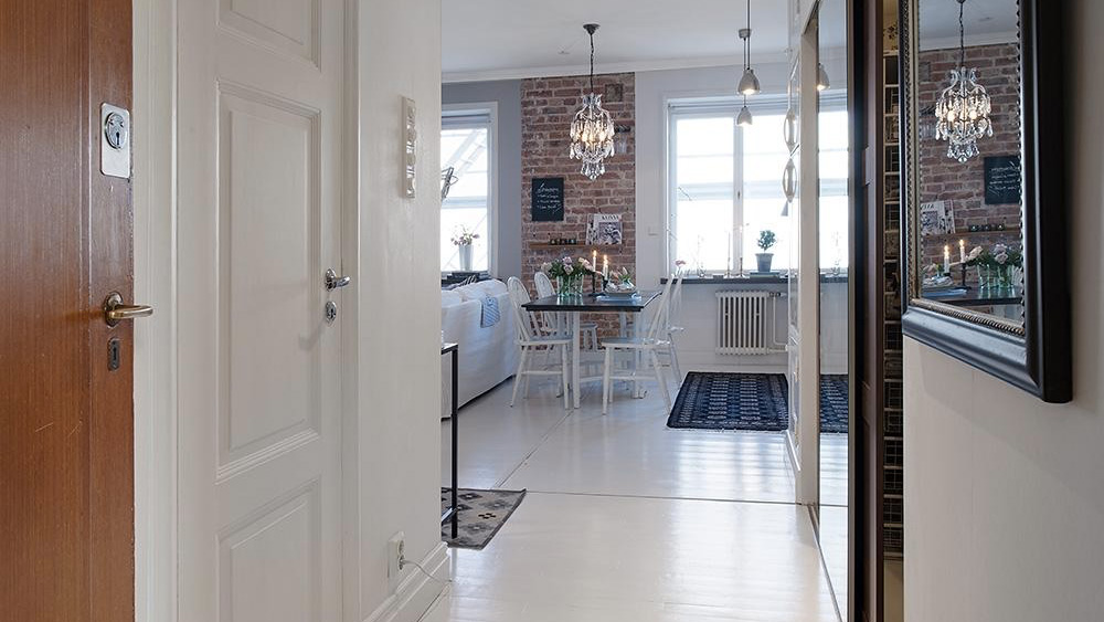 entrée appartement mur brique sol blanc