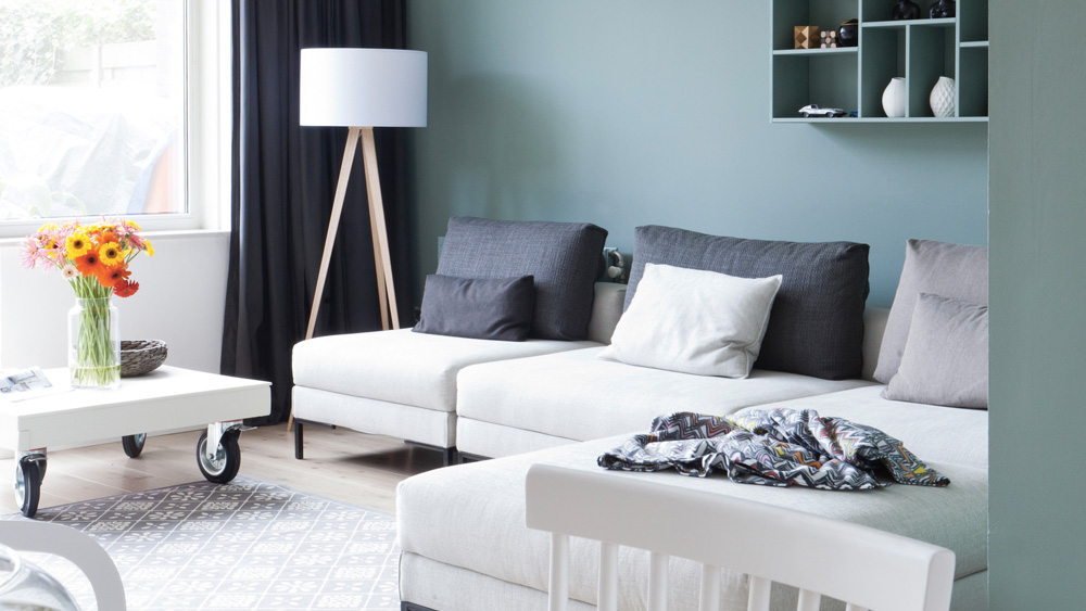 salon canape blanc et murs vert menthe