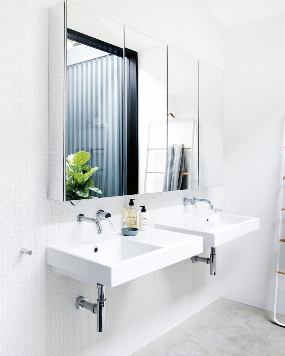 salle de bain blanche sol béton