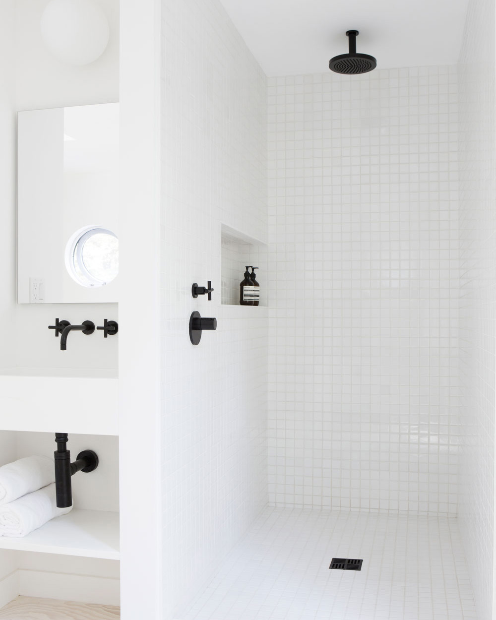salle de bain blanche robinetterie noire