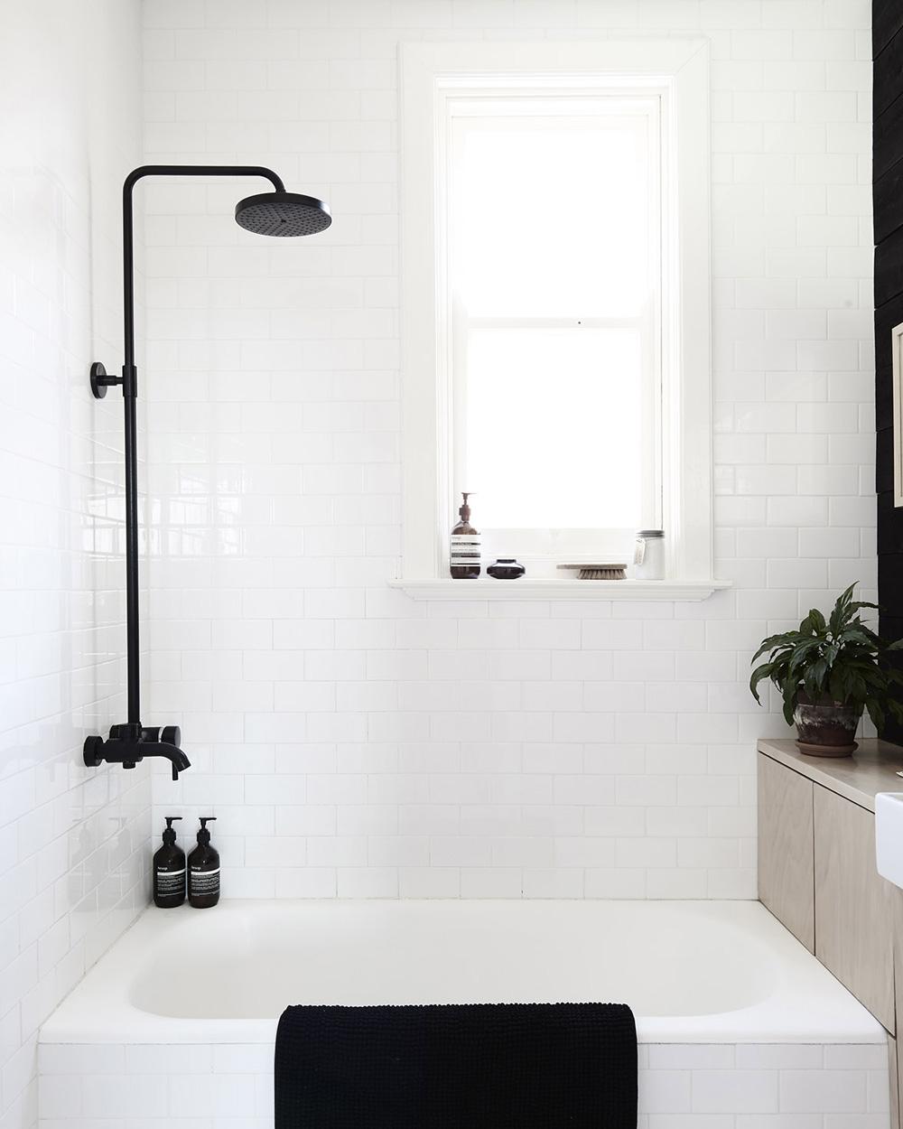 deco baignoire blanche colonne de douche noire