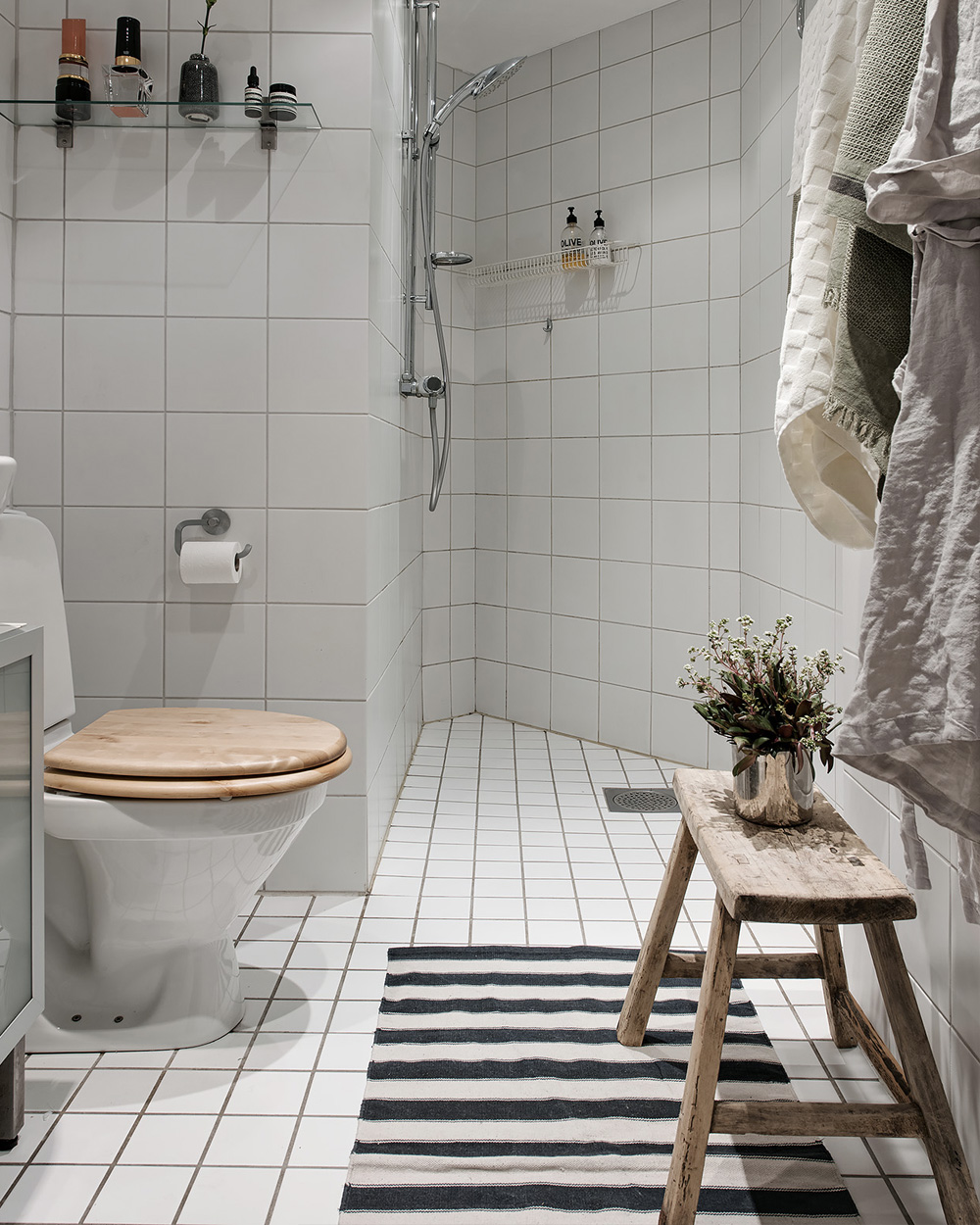 deco petite salle de bain blanc et bois