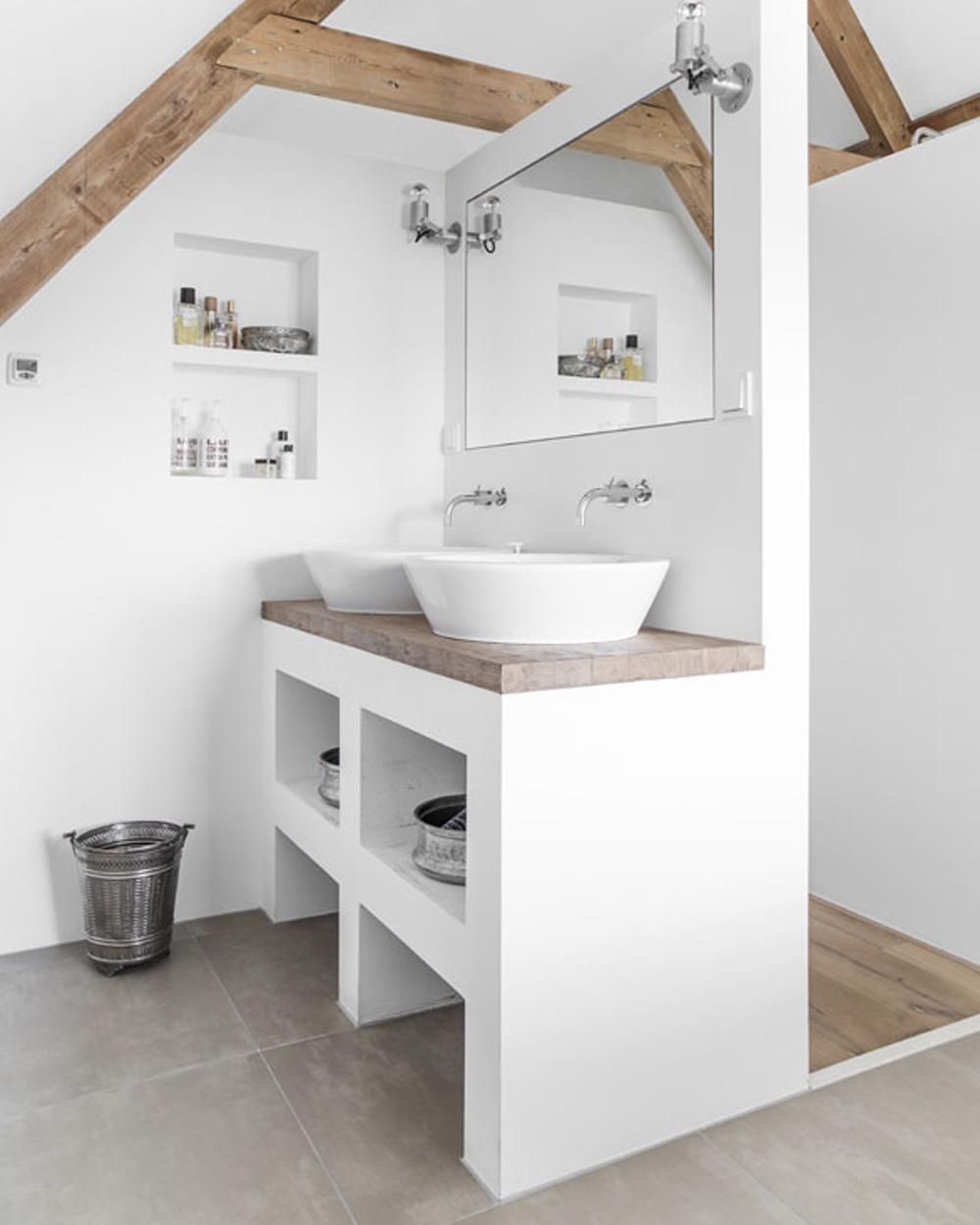 salle de bain sous comble blanche et bois
