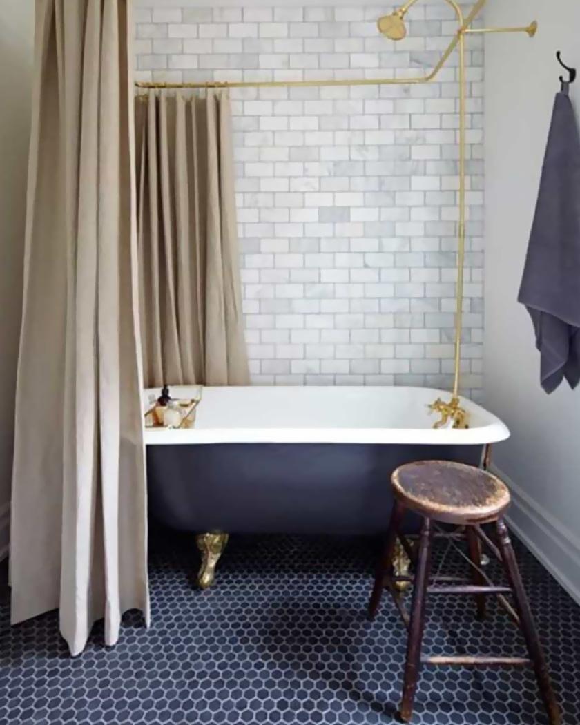 salle de bain décoration rétro bleu beige et laiton