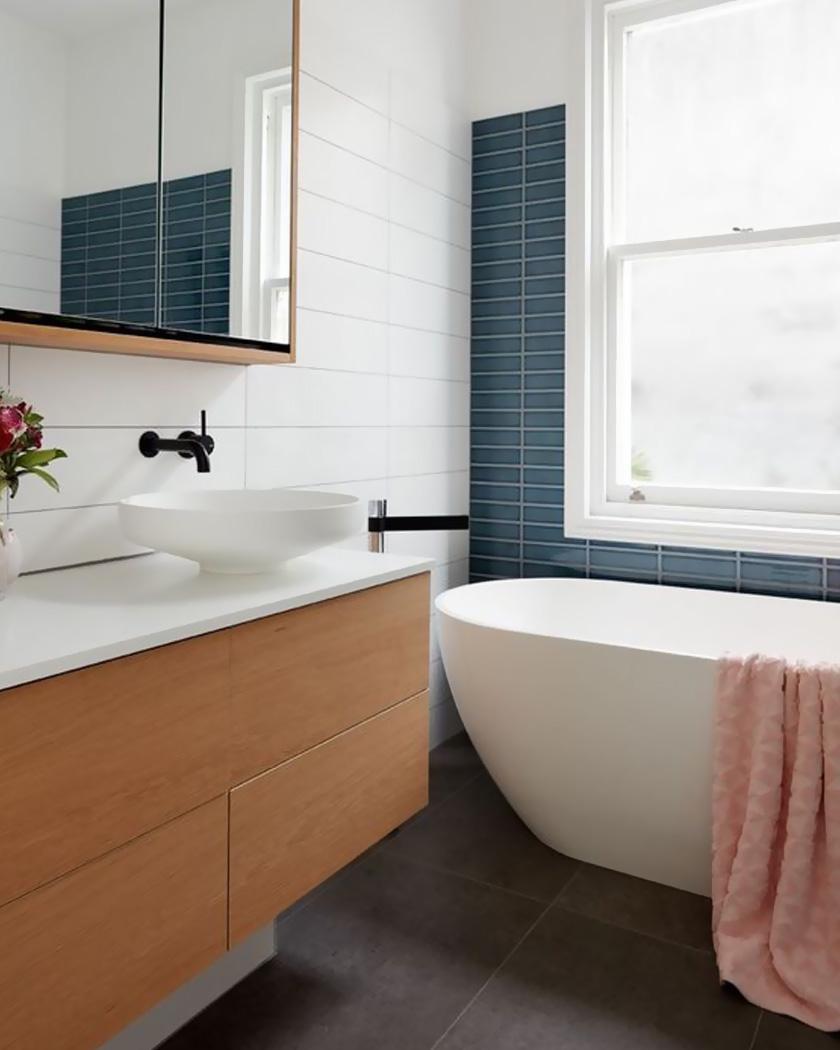 déco salle de bain contemporaine bois bleu foncé