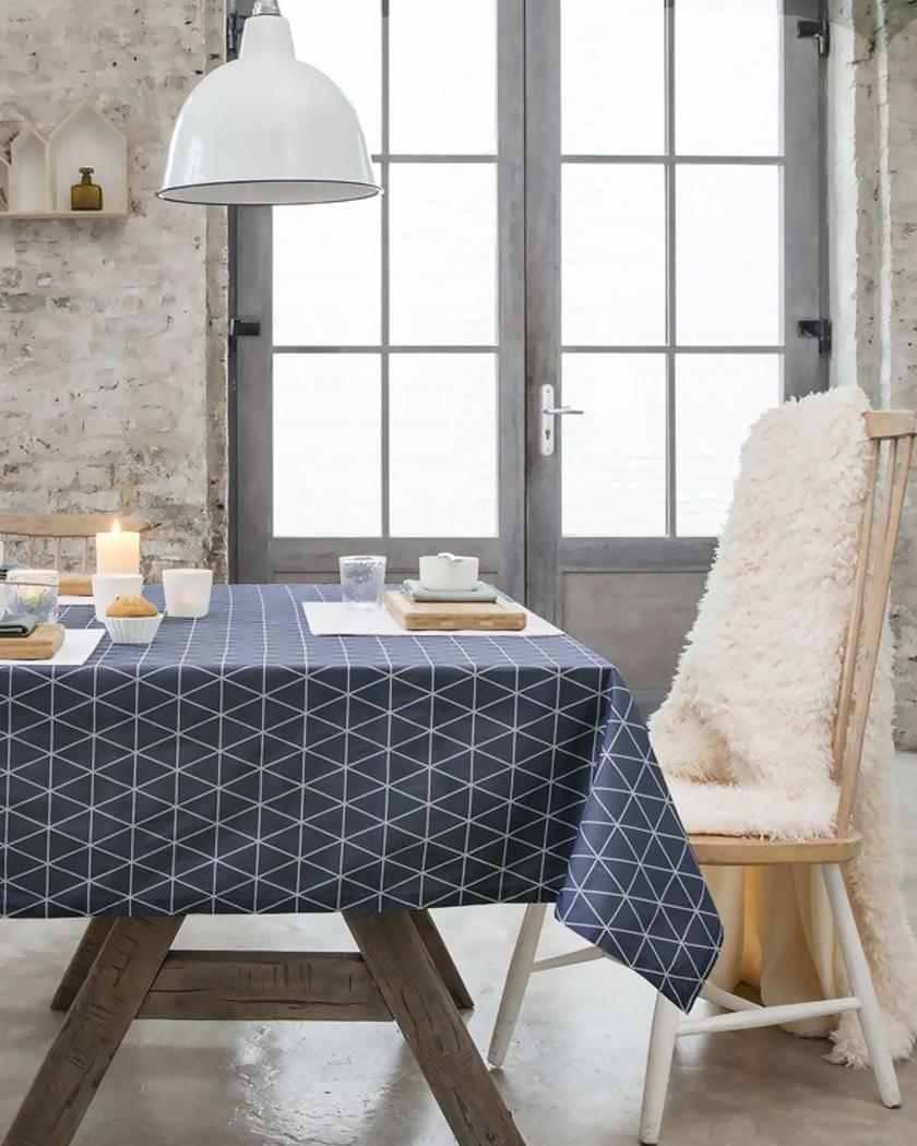 salle à manger nappe bleue scandinave et chaise beige