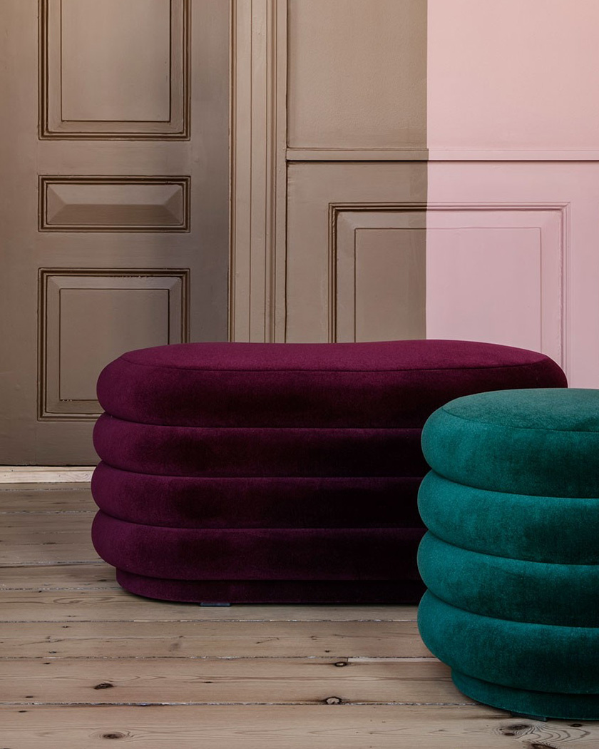 deco salon couleur bordeaux pouf ferm living